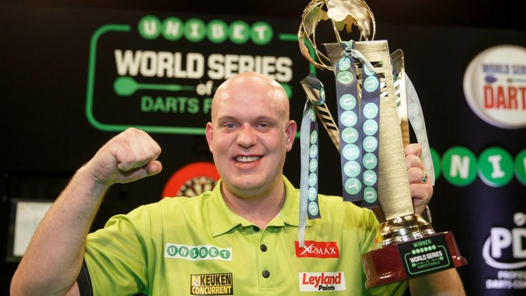 michael-van-gerwen-world-series-of-darts-trophy_3380376