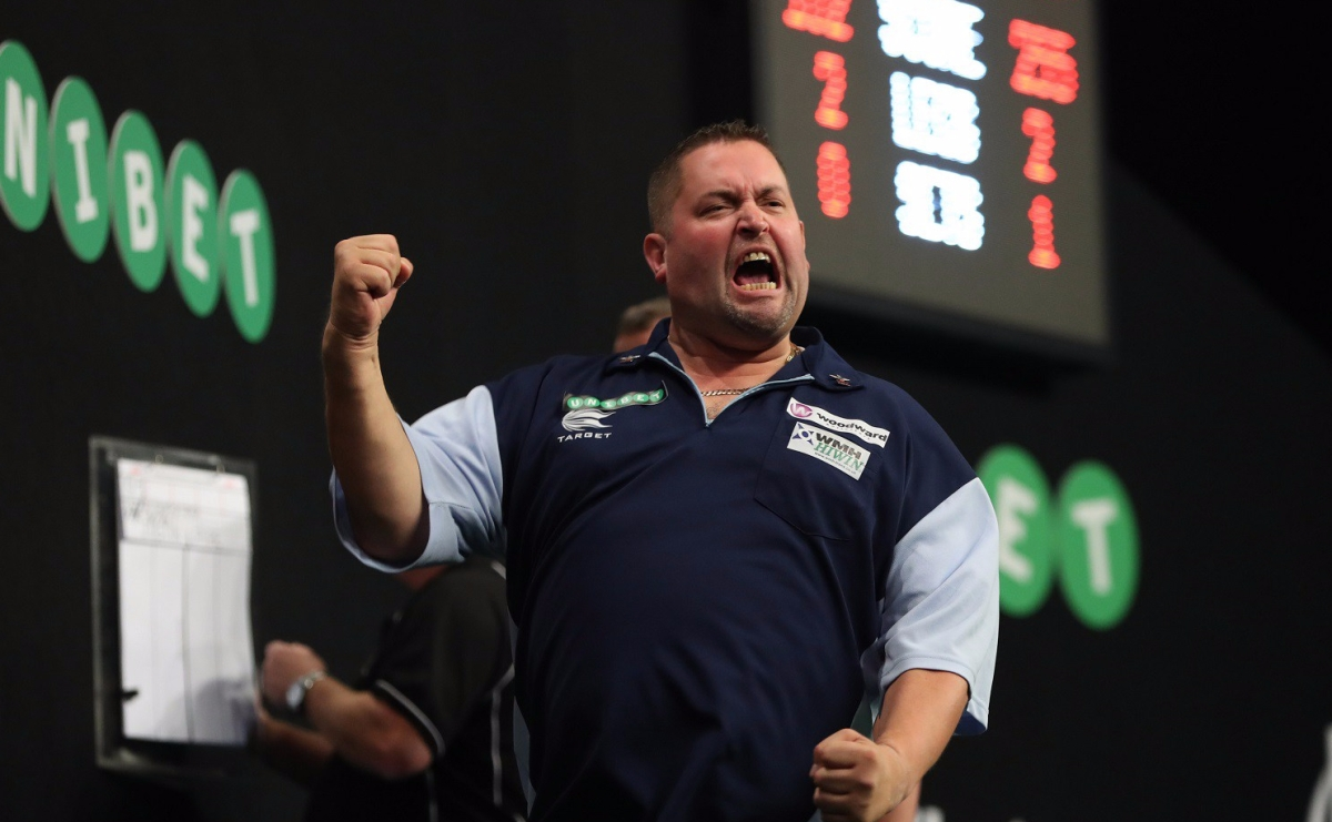 Alan Norris fights back from a set down to beat Justin Pipe in opening game of World Grand Prix in Dublin